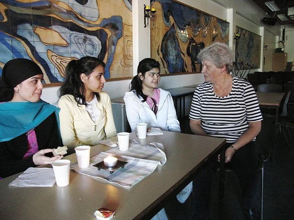 Skolefrokost: Tayyaba Ilyas, Uzma Bibi og Ramsha Tahir spiser frokost på Gran skole sammen med rektor Signe Marie Natvig Andreassen. Skolen er blitt kunnskapssenter gjennom Groruddals-satsingen.Alle foto: arkiv