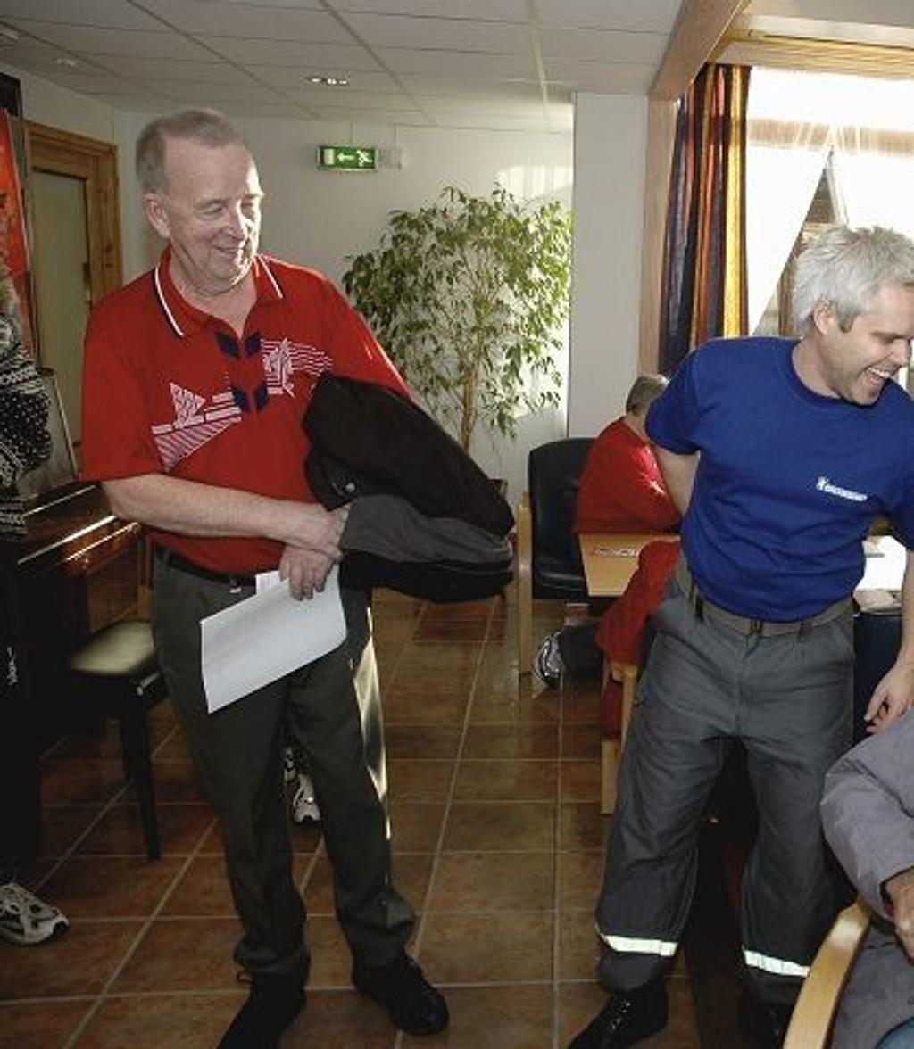 Influensavaksine: Til slutt ble det endelig Svein Helmer (sittende) og Willy Hegli (t.v.) sin tur til å få et stikk i armen. til tross for venting i to timer var det ingenting å utsette på humøret. Andreas Brekke og Frode Hilleren fra Sivilforsvaret holdt orden på køen under vaksinedagen på Oppsal Eldresenter.