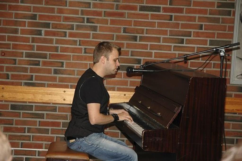 Underholdning: Foredraget var ispedd musikalske innslag ved Christian Ingebrigtsen.