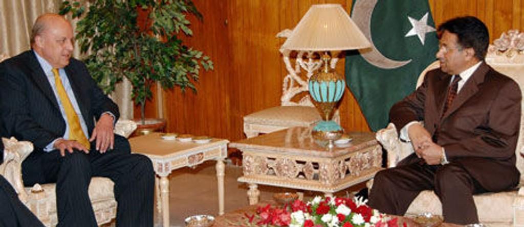 Pakistans president Pervez Musharraf (til høyre) i samtaler med viseutenriksminister John Negroponte i Islamabad lørdag.