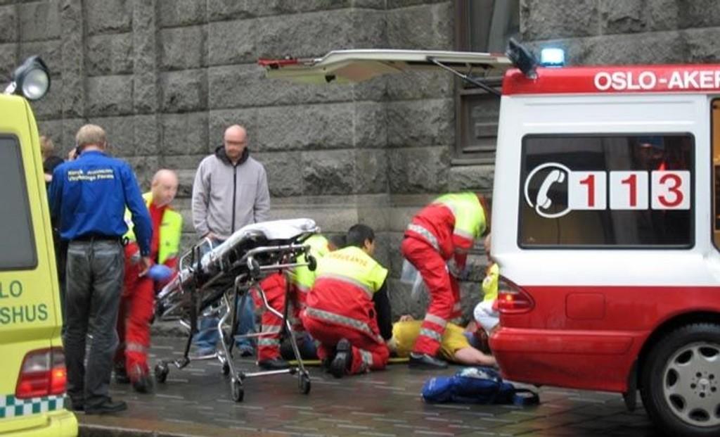 DRAMATISK: Her ligger Gunnar Näslund etter ulykken. Han ble kastet ti meter i luften da drosjen traff ham, ifølge politiet.