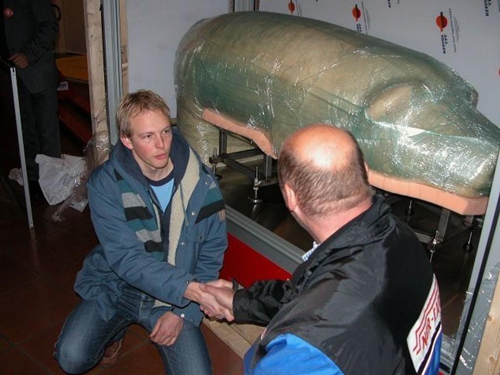 Designer Lars Kristian Røed og sjåføren fra NOR-Cargo, som fraktet grisen til Oslo.