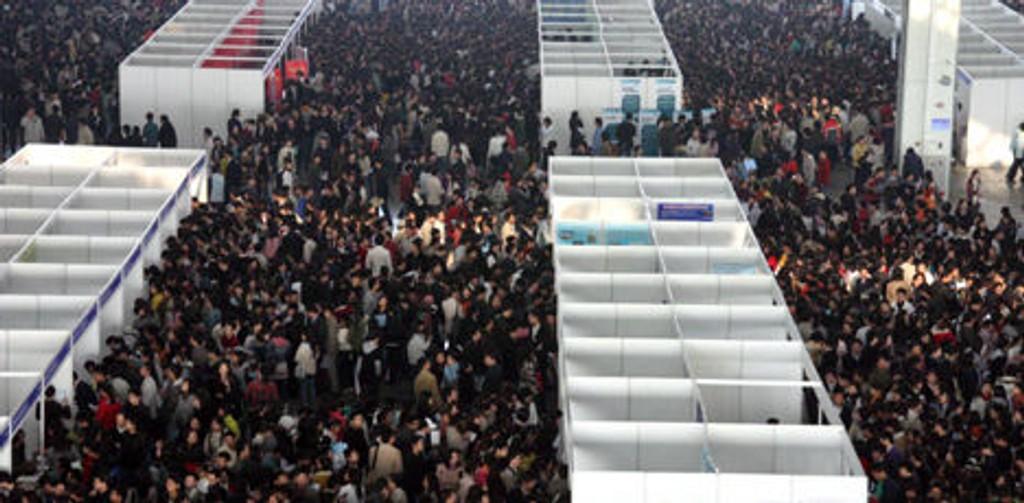 SØKER JOBB: Kinesere står i kø på et jobbformidlingsenter i Nanjing.