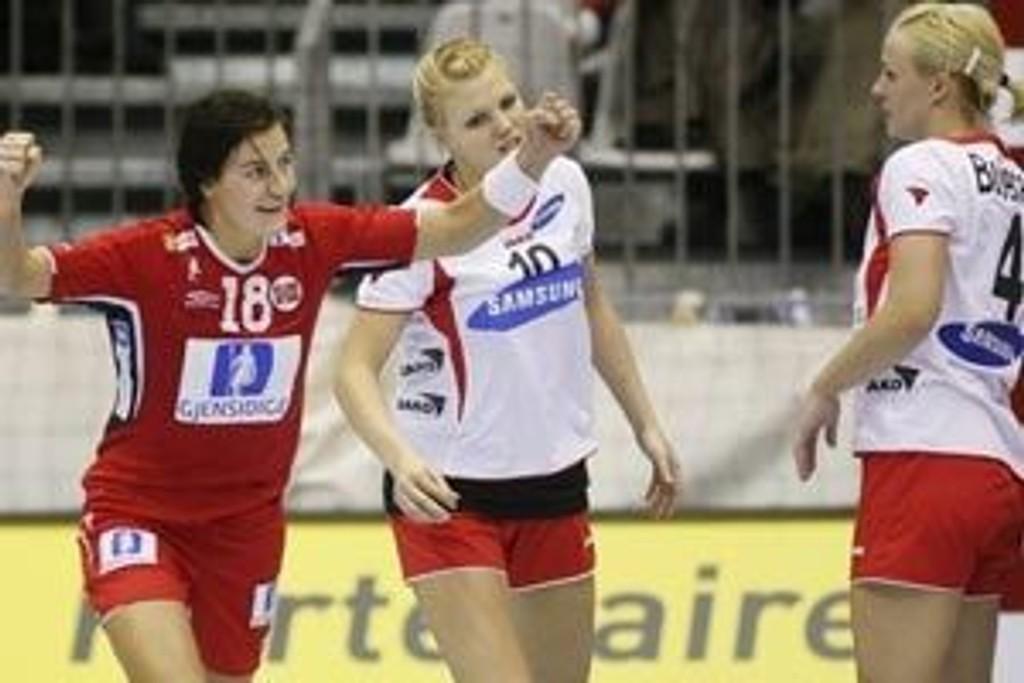 Linn Kristin Riegelhuth (t.v.) jubler mens østerrikerne Lina Mikunaite og Marina Budecevic (t.h.) fortviler i VM-kampen mellom Norge og Østerrike i Lyon i Frankrike tirsdag.