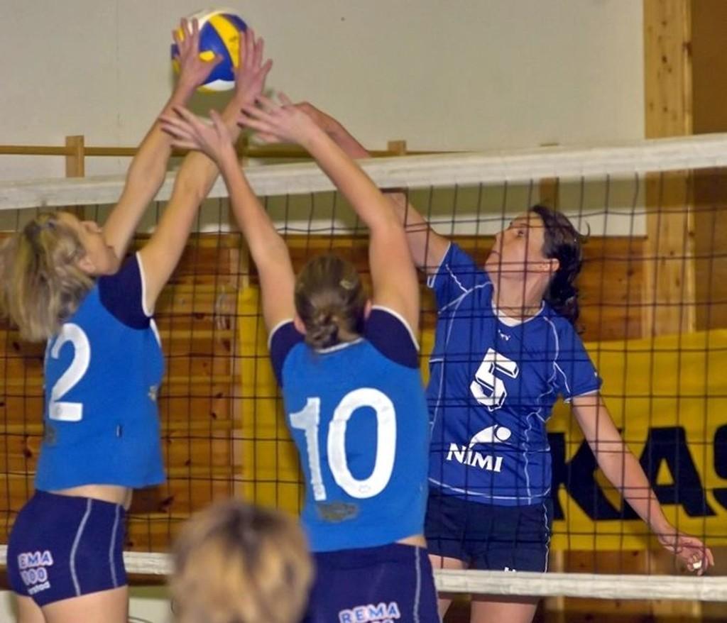 Oslo Volleys Anna Wojno og Mona Fossen fikk trøbbel mot Kolls midtspiller Maria Moen Storøy, som her fister inn 16-9 i 3.sett.
