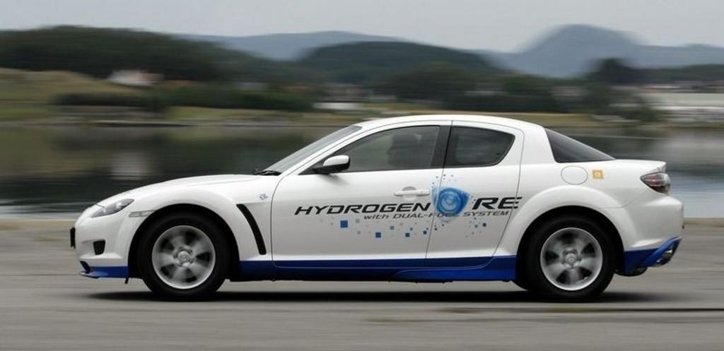 MILJØVENNLIG: 30 hydrogendrevne Mazda RX8 gjøres nå klar for uttesting i Norge.