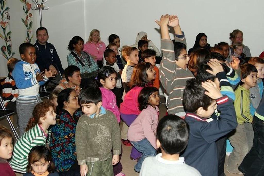 Barna sang og danset med under forestillingen.