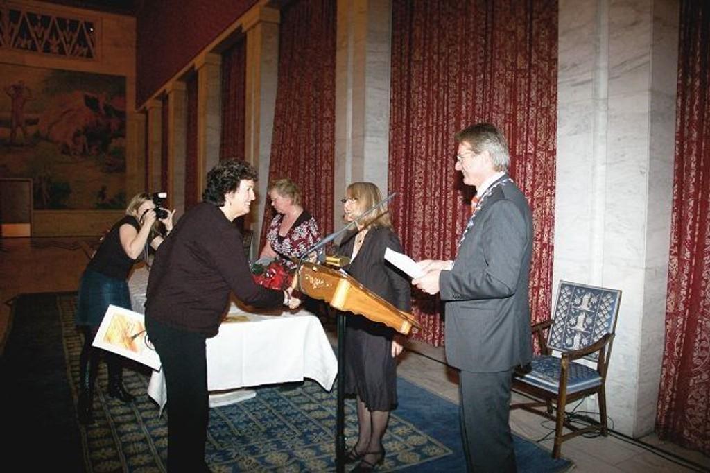 Styremedlem i Tiurleiken borettslag, Karin Syversen, fikk utdelt en velfortjent æresdiplom under tirsdagens seremoni. Her sammen med ordfører Fabian Stang og Rusken-general Kjellaug Løken.