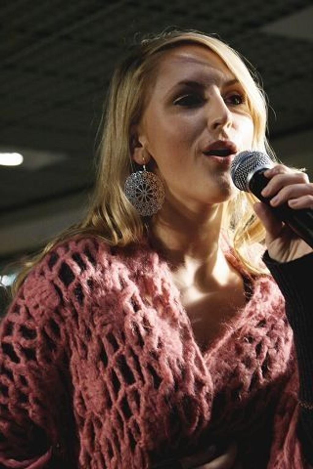Maria Arredondo sang ikke minst Kyrie Eleison så julefreden riktig senket seg på Tveita senter.