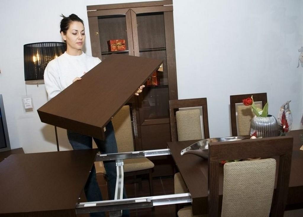 DOBLING: Agathe Murati i Dine Møbler viser hvordan Imola spisebord kan gå fra å gi plass til et lite lag på seks personer, til et større middagsselskap for ti.