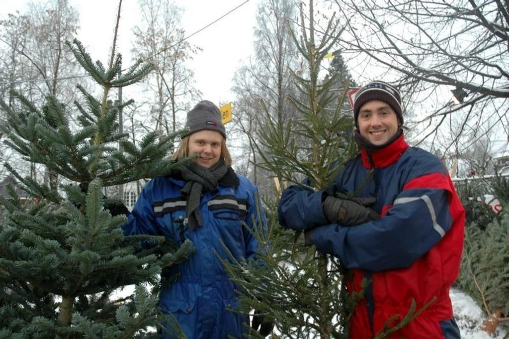 Jon Eirik Einarseveen og Christian Pettersen solgte tidligere juletrær ved Homendammen. Nå kan ikke lenger Oslofolket sette de gamle juletrærne sine utenfor døren og vente på at de blir plukket opp.