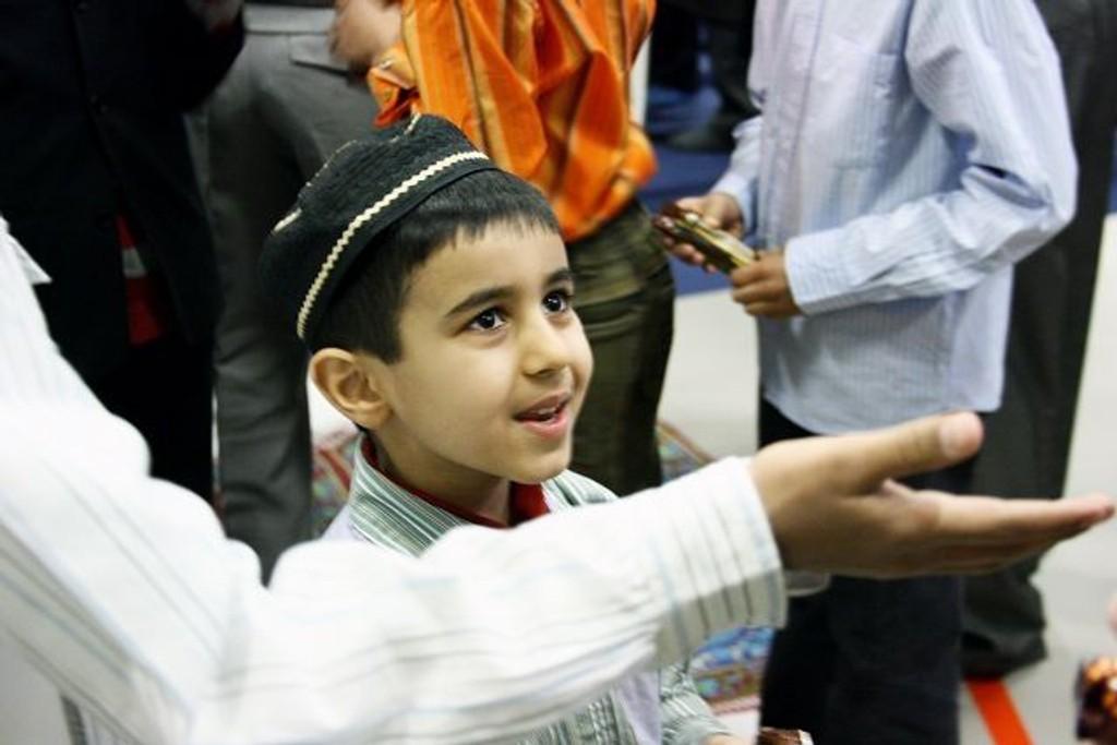 Selveste lederen av Ahmadiyya-menigheten, Zartasht Munir Ahmad Khan, delte ut sjokolade til alle ungene som var med på dagens feiring i Furuset Forum.
