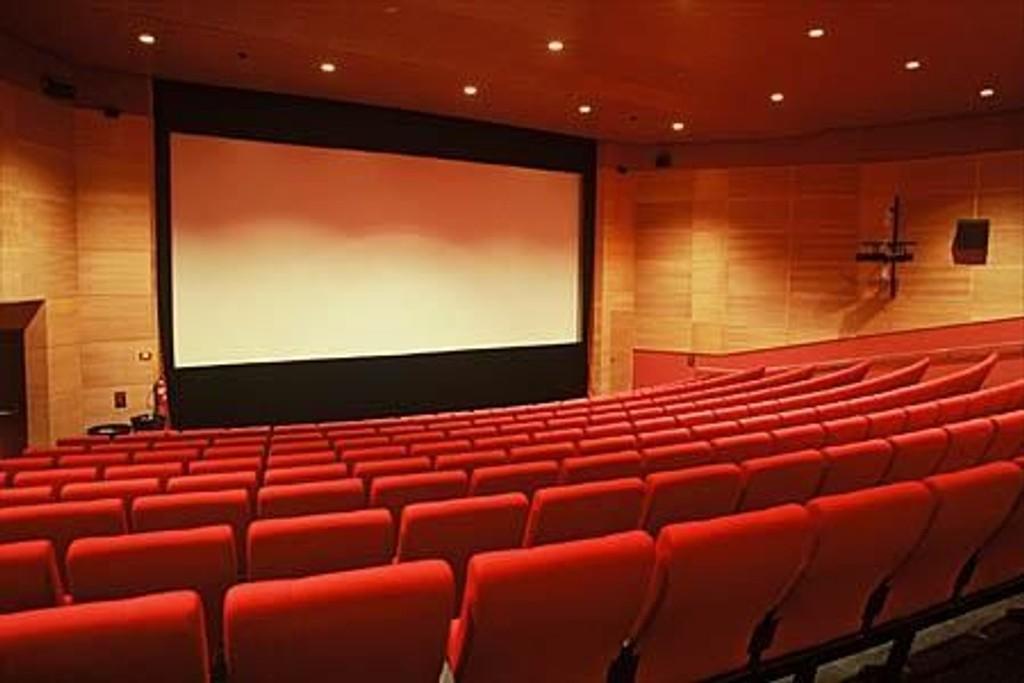 Kinosjefen håper at salene vil fylles opp når storfilmene settes opp