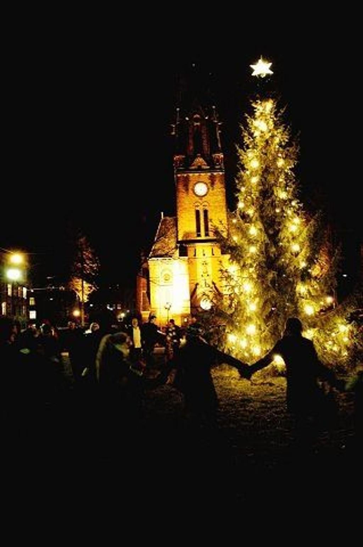 O jul med din glede: Det blir juletregang, sang og kanskje nissebesøk i byens kirker over nyttår. Foto: Arkiv