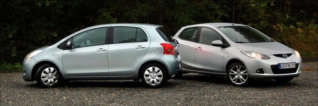Mazda2 (til høyre) slår Toyota Yaris fordi den kjører bedre.