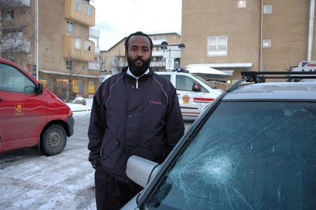 Drosjesjåfør Jama Abdullahi fikk knust frontruten på drosjen han kjører da en mannlig kunde slo seg vrang på Bjørndal i ettermiddag.
