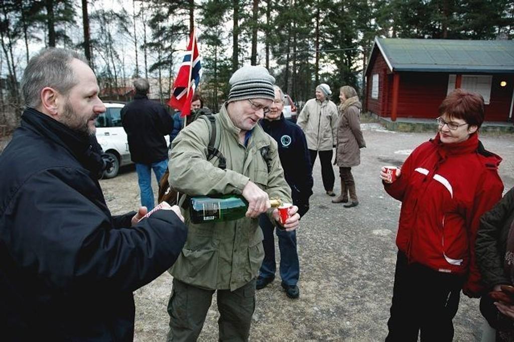 1. nyttårsdag var det markering med champagne på Prinsdal skytebane. Vidar Magnussen som er leder av aksjonsgruppen og nabo Kjell Benum skjenket opp til varaordfører Aud Kvalbein fra Nordstrand.