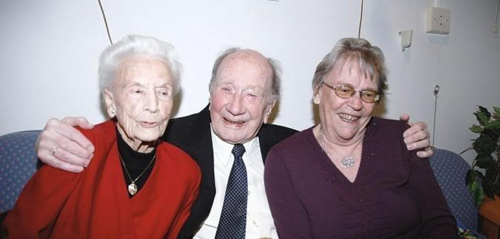 Odd Udsigt fylte 100 år 31. desember. Her sammen med venninnen Jenny Skaare og Ruth Kjelsrud.
