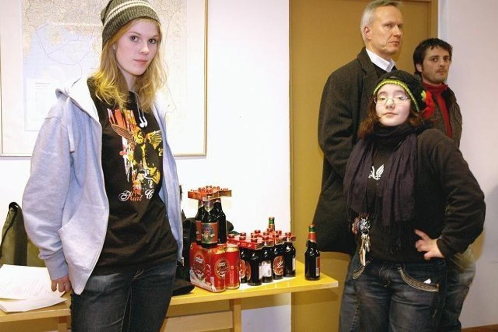 Astrid Fuglevaag og Kristina Skoric hadde tatt med seg bevis til bydelsutvalget for at utsalgssteder i bydelen selger alkohol til mindreårige. Adrian Farner Rogne var også til stede da de konfronterte de lokale politikere i Åpen halvtime.