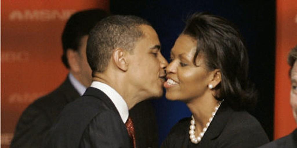 KJÆRLIG STØTTE: Barack Obama kysser kona Michelle etter en debatt i South Carolina.