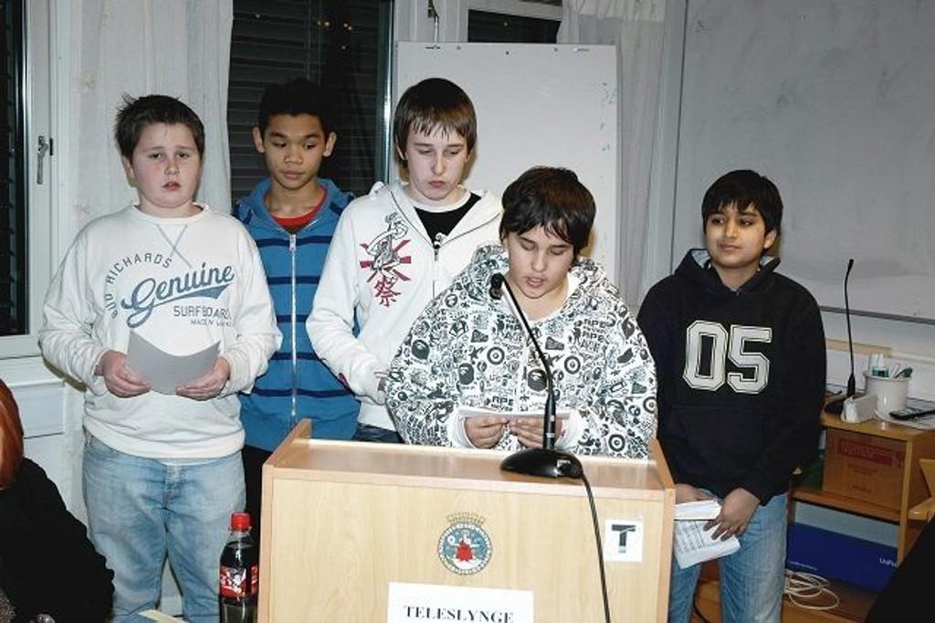 Martin Toft, Jakkris Tongma, Andy Toft, Abhi Singh og Erik Ernesto var på talerstolen i Søndre Nordstrand BU og ba pent om at tirsdagstilbudet på Seterbråten-klubben må videreføres.