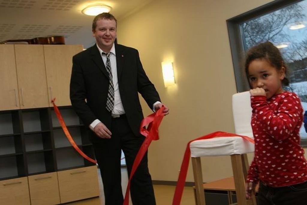 Stella Ampomah (4) og BU-leder Anders Røberg-Larsen fikk æren av å åpne barnehagen.