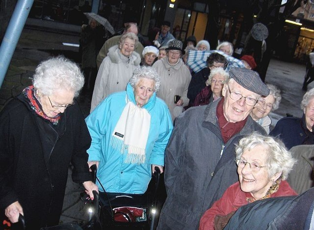 """Forventningsfull trengsel utenfor Symra når folk skulle inn til """"Romjulshygge lørdag 29. desember."""