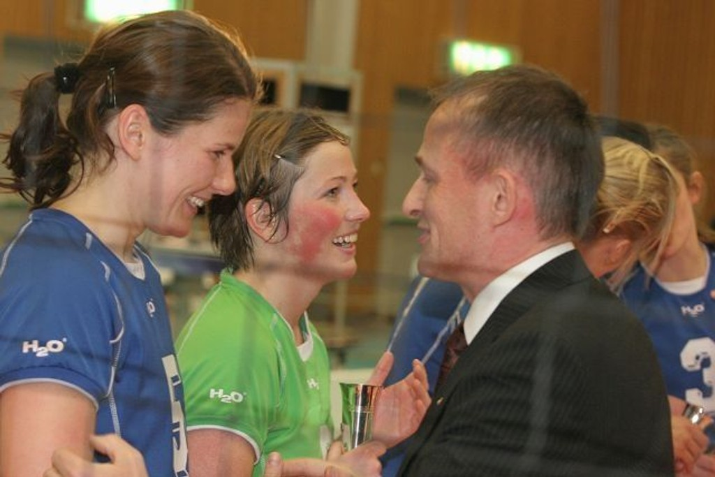 Gulljenter: Kaptein Maria Moen Storøy (venstre) og Johanna Drivenes Kløvfjell blir gratulert av volleyballpresidentEdgar Brox.