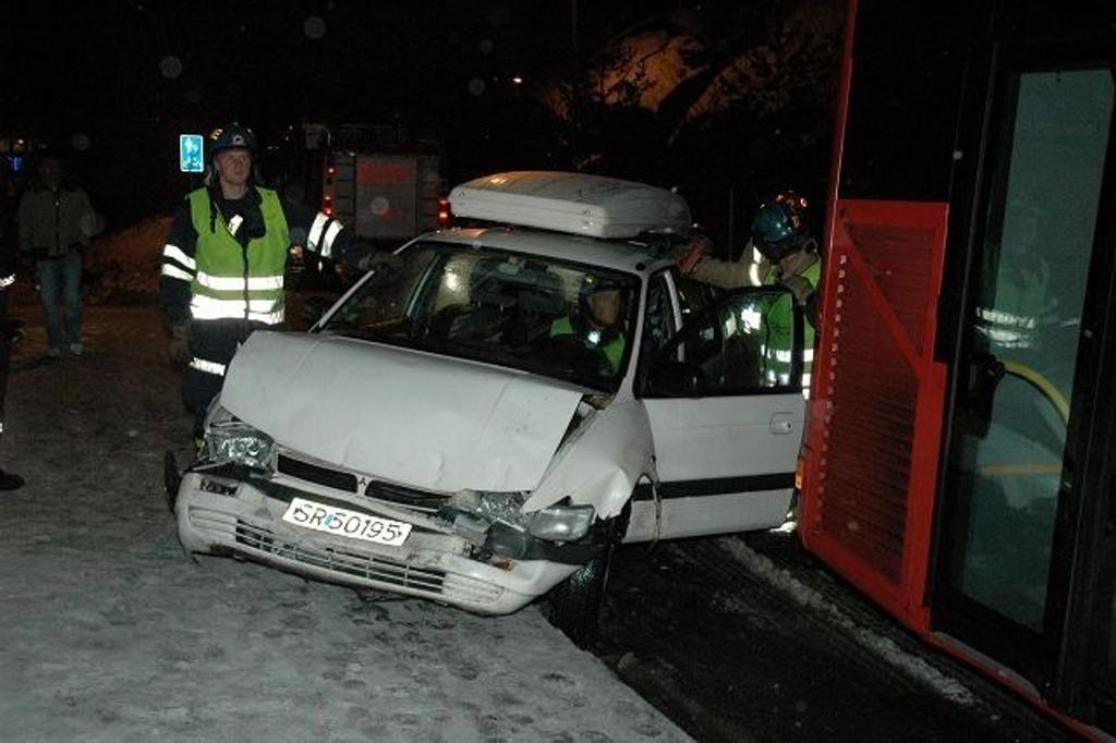 Det ble betydelige skader på denne bilen som tirsdag morgen kjørte på en buss på Bjørndal.