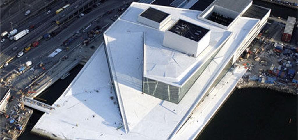 Bilder tatt av operaen med flyfoto 27. november viser en hvit opera badende i ettermiddagssol.