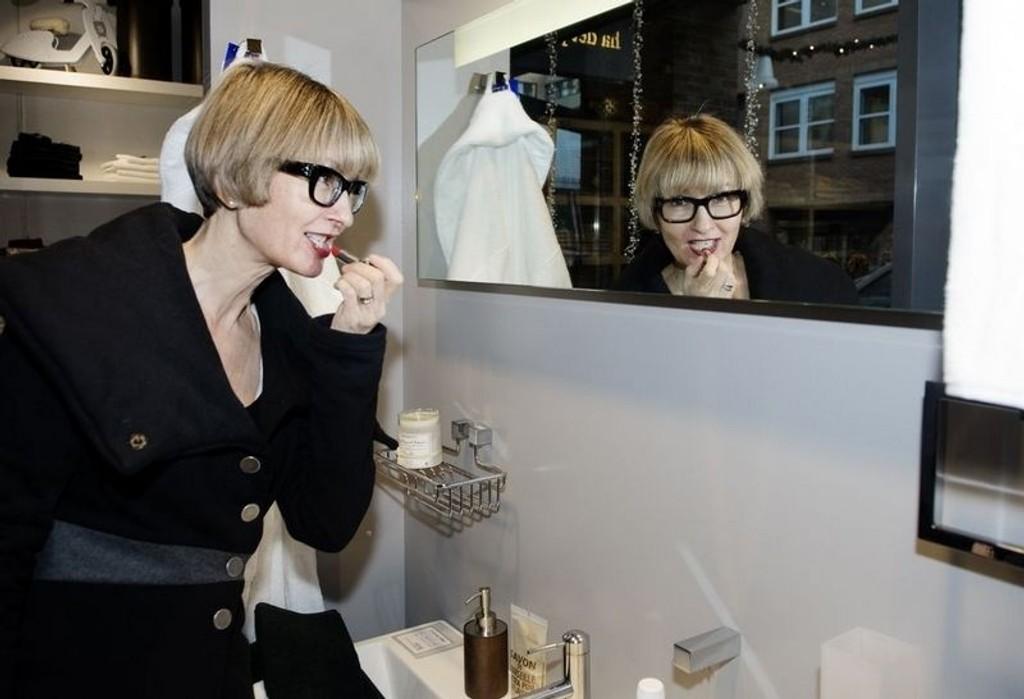 HVERDAGSBEHOV: Framfor luksus ønsker folk seg rom som gjør hverdagen enklere, sier trendanalytiker og sosialantropolog Gunn-Helen Øye, som demonstrerer hva nordmenns favoritt-ekstrarom kan brukes til.