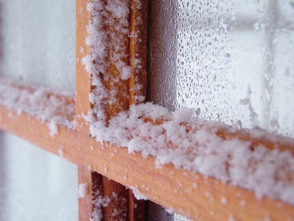 Nye og rett monterte vinduer holder kulda ute. Opplever du derimot rim eller dugg på vinduene vinterstid, kan det være tegn på at de ikke er tette.