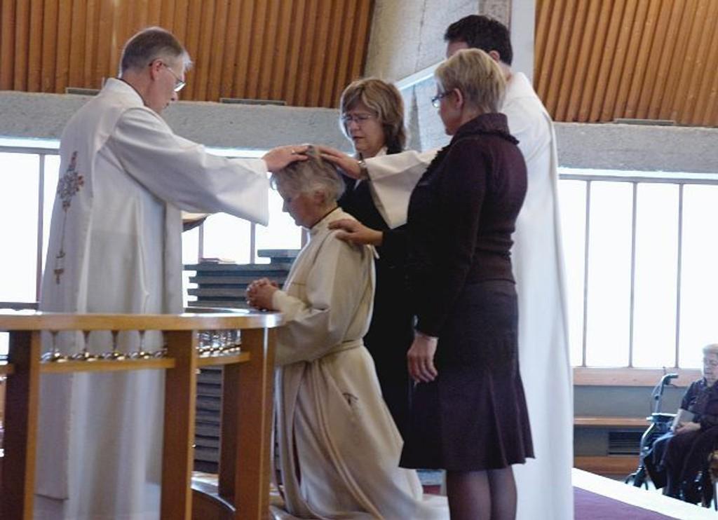 Vigdis Rø Berntsen (knelende) ble tatt inn som kapellan i Manglerud menighet søndag. Her er hun omgitt av sogneprest Ole Tommelstad (t.v.), menighetsforvalter Else Storaas Vatne, kapellan Kjetil Hauge og menighetsrådsleder Anita Korsgaard.