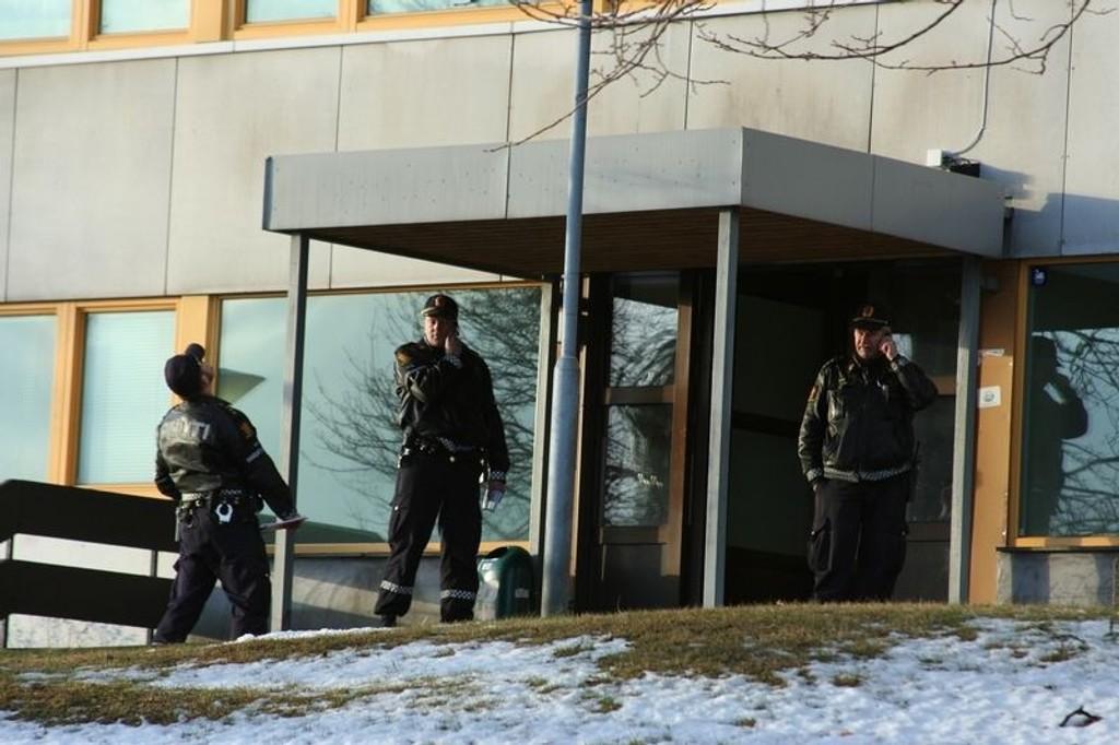 Store politistyrker var på plass etter at en mann ble funnet død utenfor studenthjemmet på Bjerke torsdag formiddag.