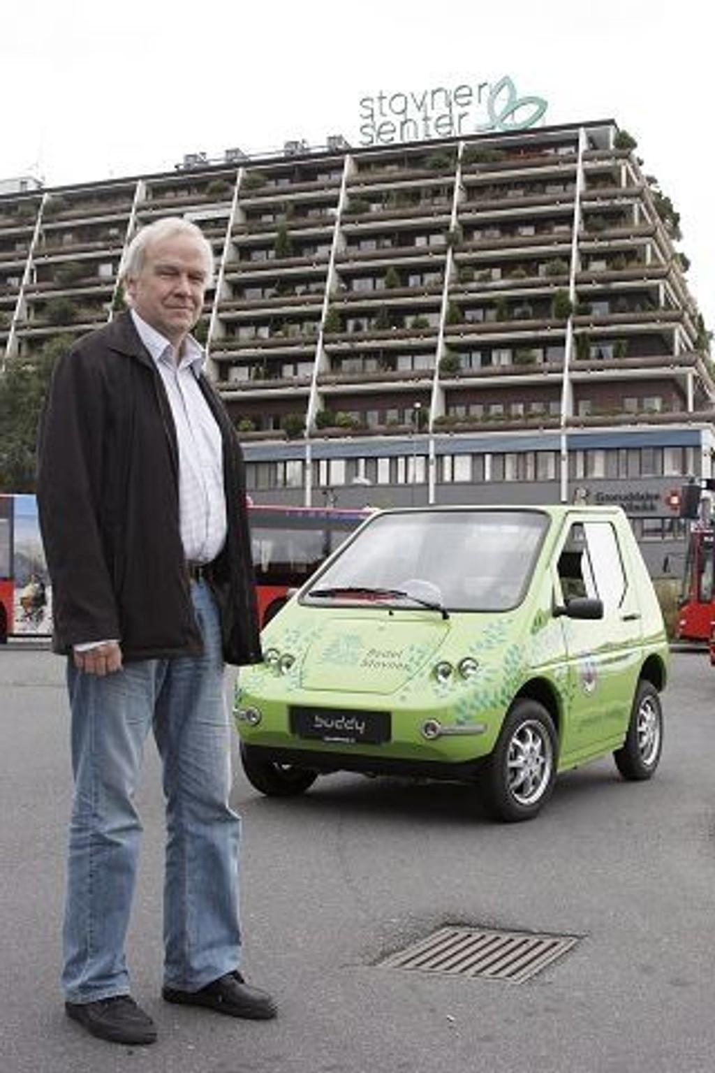 Gruppeleder Tore Ludt med en av bydel Stovner sine elbiler.