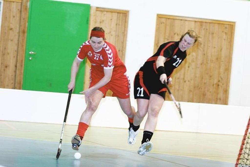 Sveivas Linda Andersen (venstre) tror på semifinale i E-cupen. Her mot Målløs´ Sirill Sørensen