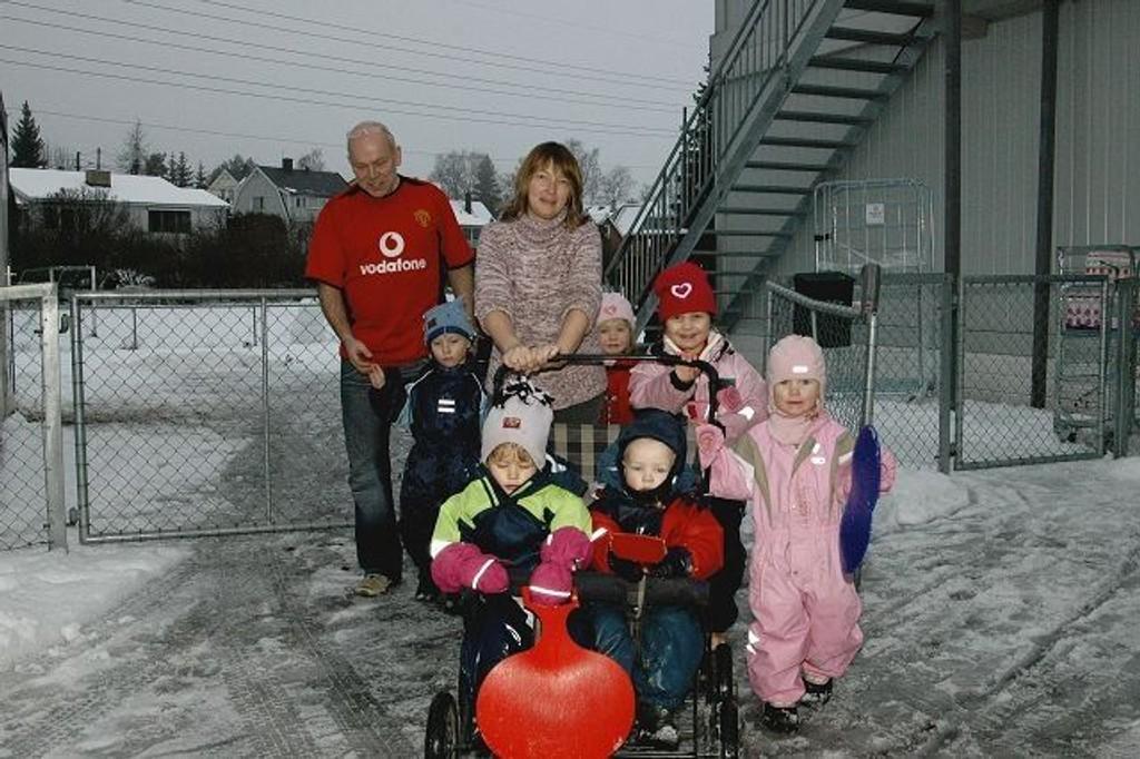 Styrer Johnny Skjelbostad og Gro Kjersti Jansson er glade for at dette er en av de siste gangene de går ut porten i Abildsø midlertidige barnehage sammen med ungene Adrian, Ingrid, Yosra, Camilla, Julie og Patrick.