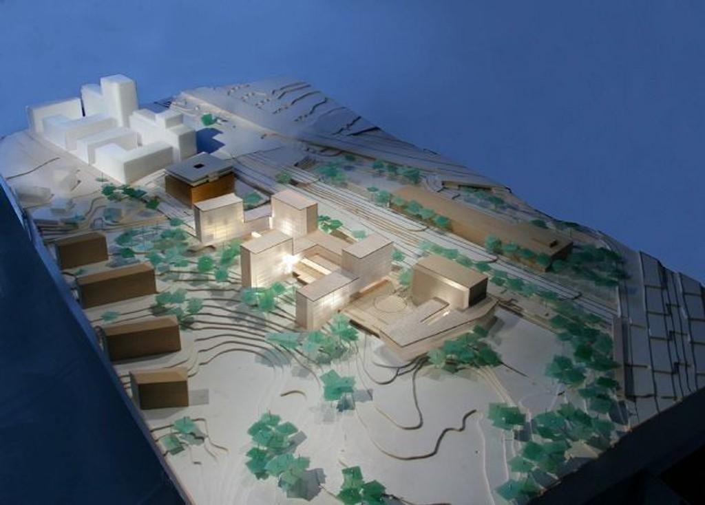 Nye «Sinsen torg»: øverst Maxbo, til høyre Backe-bygget som er utvidet med et lavereliggende tilbygg - brunt bygg på venstre side (andre siden av Hans Nielsens Haugesgate; eksisterende kontorbygg og overfor der, nye stasjonsbyen.