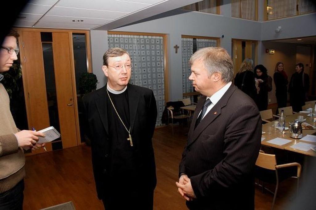 Biskop Bernt Eidsvig og Bjarne Håkon Hansen diskuterer arbeidsinnvandring og støtte til Den katolske kirke i arbeidet med integrering. Foto: André Jerman