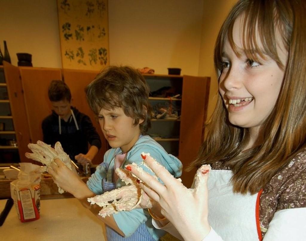 Litt klissete: 6. klassingene Anna Wang og Axel Røthe satte fingere i deigen, men fant raskt ut at det manglet litt mel. Foto: Elisabeth C. Wang