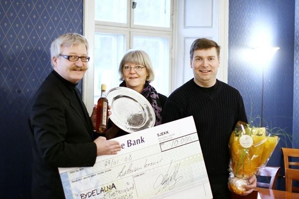Ansvarlig redaktør Tore Bollingmo (til høyre) og senterdirektør Hans Georg Helberg utdelte prisen Årets navn til Inger Seim. En sjekk på 10.000 kroner, en sjelden flaske cognac og et trofe ble levert den verdige vinneren.