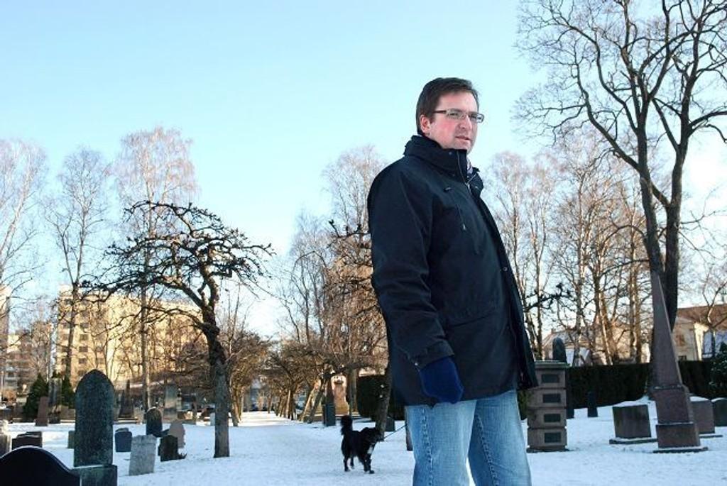 Trond Jensrud fra finanskomiteen foreslår at det skal vurderes lys på steder som ikke er parker og torg.