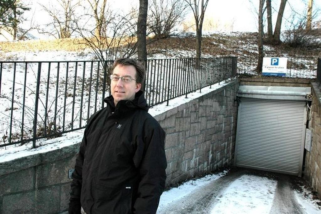 I fjellet under Stensparken er det i dag parkering. Her vil Rune Aale-Hansen (H) se på muligheten for å bygge flerbrukshall.