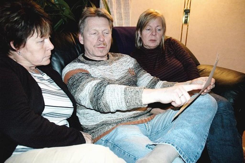 Else Gundersen (f.v.), Klaus Marthinussen og Anne Marthinussen gransker bildene etter brannen som kostet deres far livet.