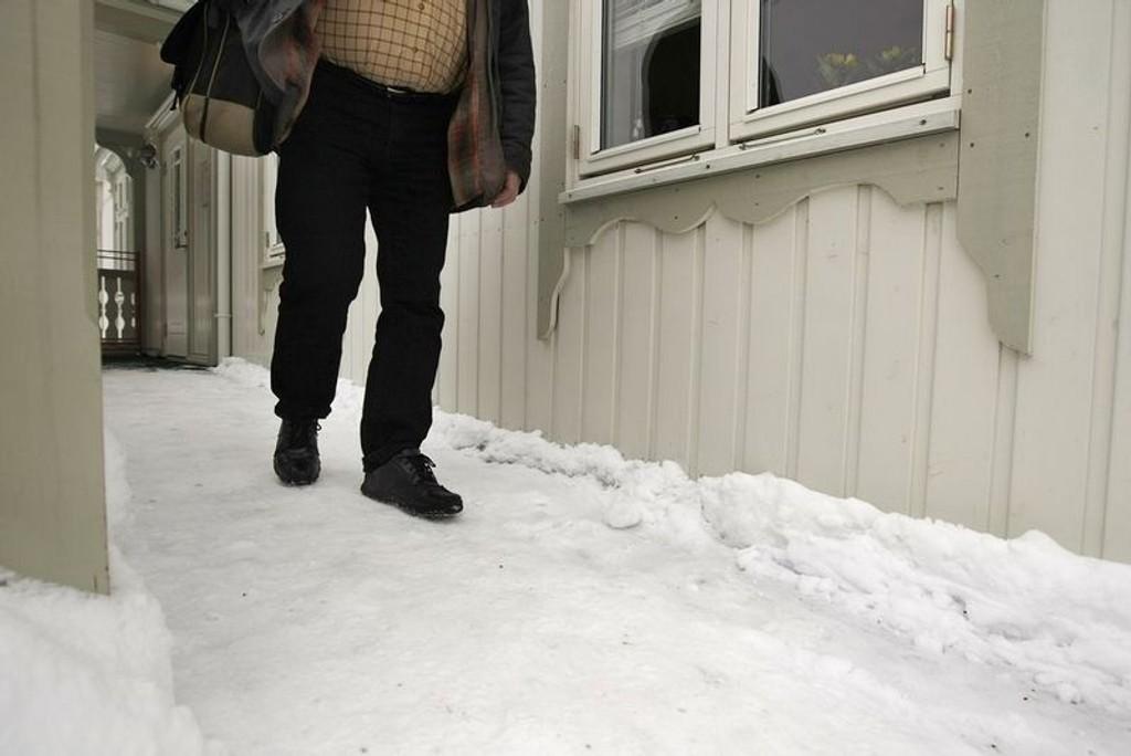 STØDIG: Hvit og glatt gangsti kan forårsake mye skade. Gartner Tor Smaaland anbefaler en blanding av hagegjødsel og skjellsand for å holde deg på beina.