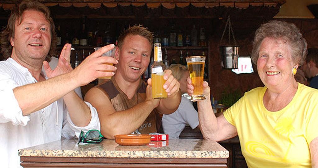 SKÅL: Svein, Viggo og muttern er klare for fest i første episode av Charterfeber.