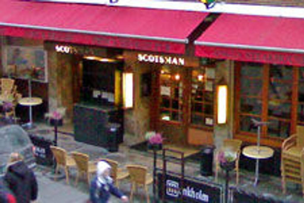 MØTTES HER: Det var her på Scotsman på Karl Johan at kvinnen møtte mannen som senere den natten voldtok henne. Nå er han dømt til to år og seks måneder i fengsel av Oslo tingrett.