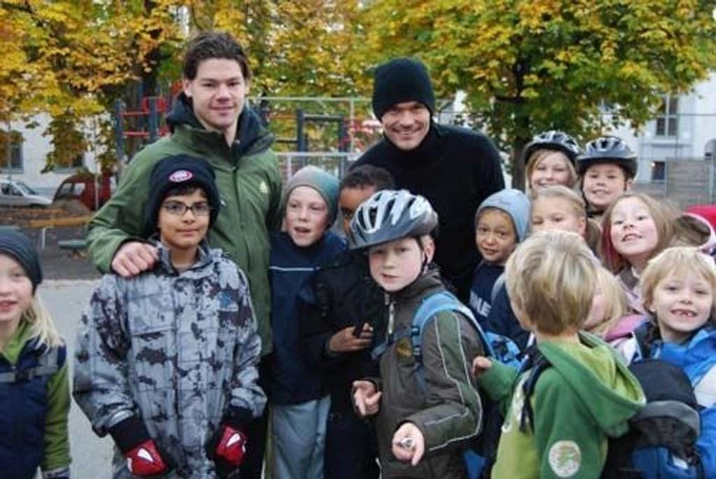 Daniel Fredheim Holm (VIF) og Tommy Berntsen (Lyn) sammen med barn fra Lilleborg skole i Oslo på Gå til skolendagen 18. oktober.