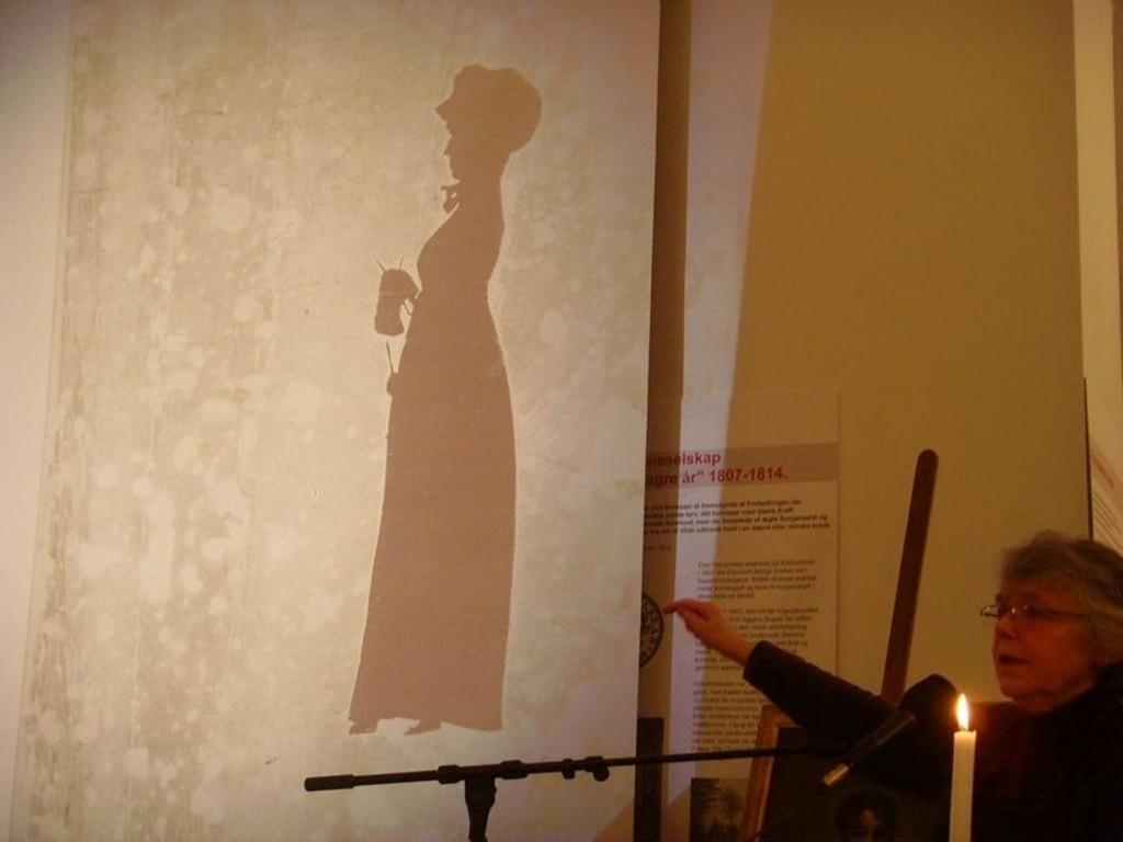 Solberg Andresen viser bilde av sin tipp tipp oldemor Engel.