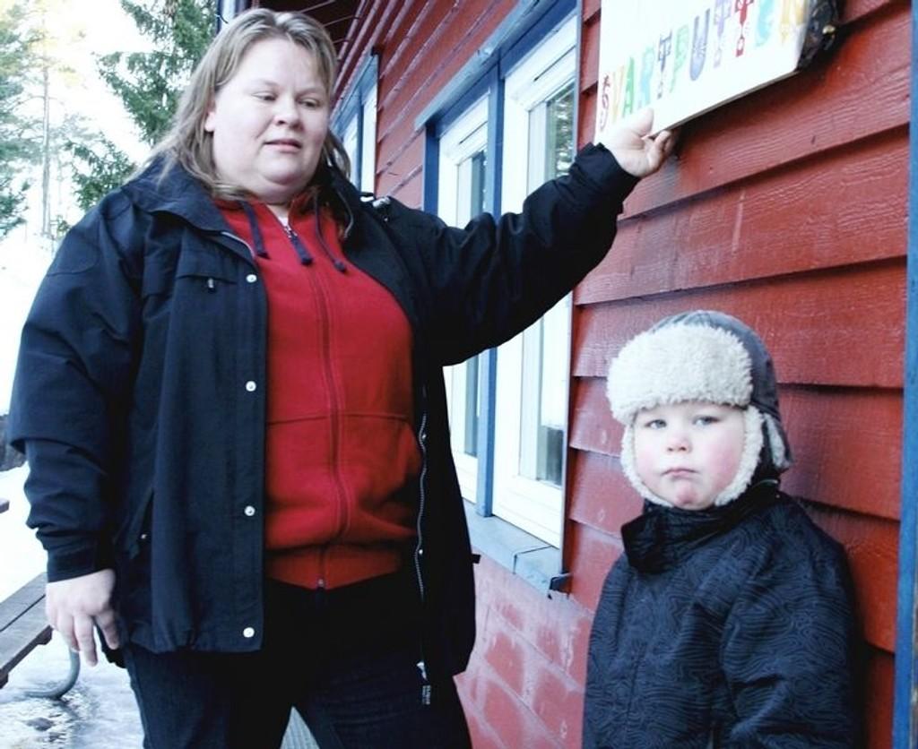 Susann Kvien og sønnen Thomas viser frem hvor pøblene tente på.